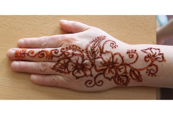 Mehndi Tattoo Flower Designs : Henna tattoo u2013 beautiful flowers design on hand tattooshunter.com