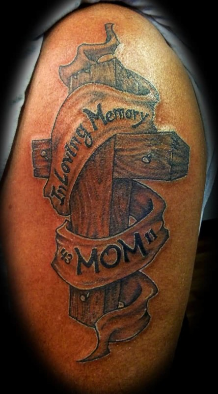 Fascinating In Loving Memory Mom Banner and Wooden Cross Tattoo On Upper Sleeve