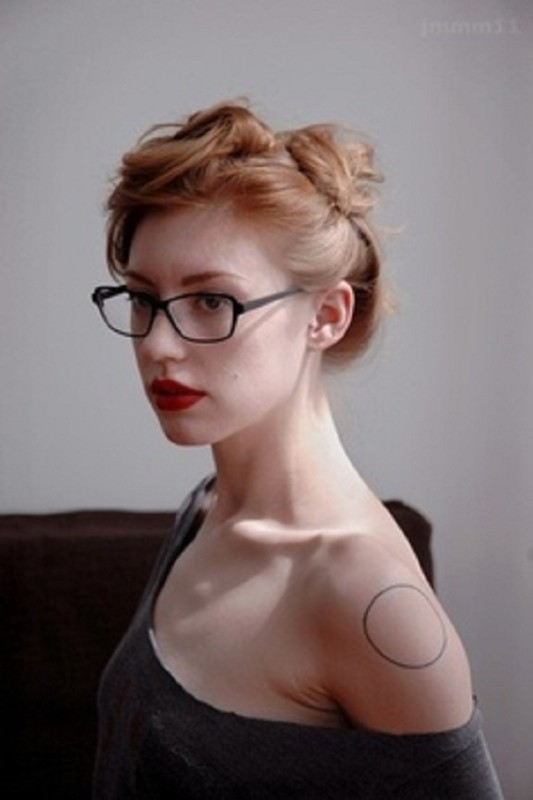 Pretty Hot Girl Show Simple Black Circle Tattoo On Shoulder