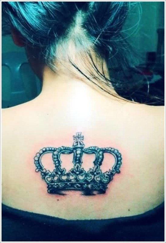 Hot Lady Show Superb Crown Tattoo On Upper Back