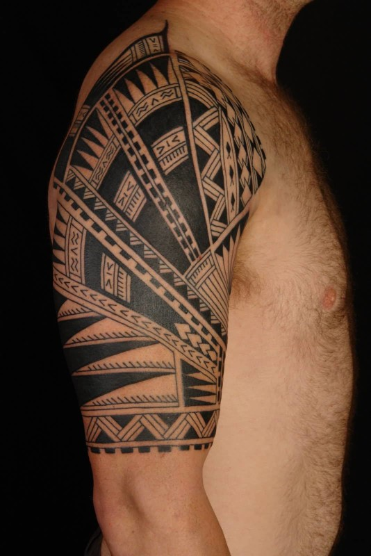 Men Show Wonderful Classy Cool Hawaiian Tattoo On Upper Sleeve