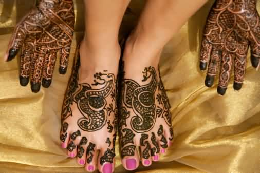 Brilliant Women Hand And Foot Cover Up With Outstanding Henna Tattoo