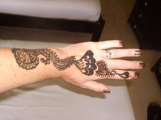 Simple Mehndi Tattoo Hands : Simple henna tattoo design image make on women s hand